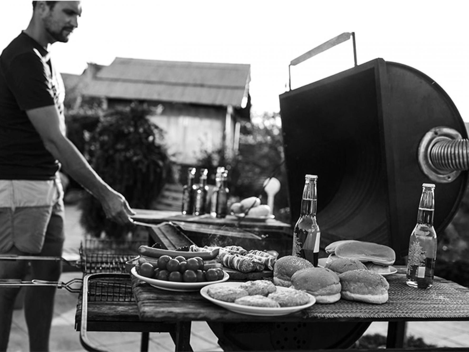 Mężczyzna stojący przy grillu