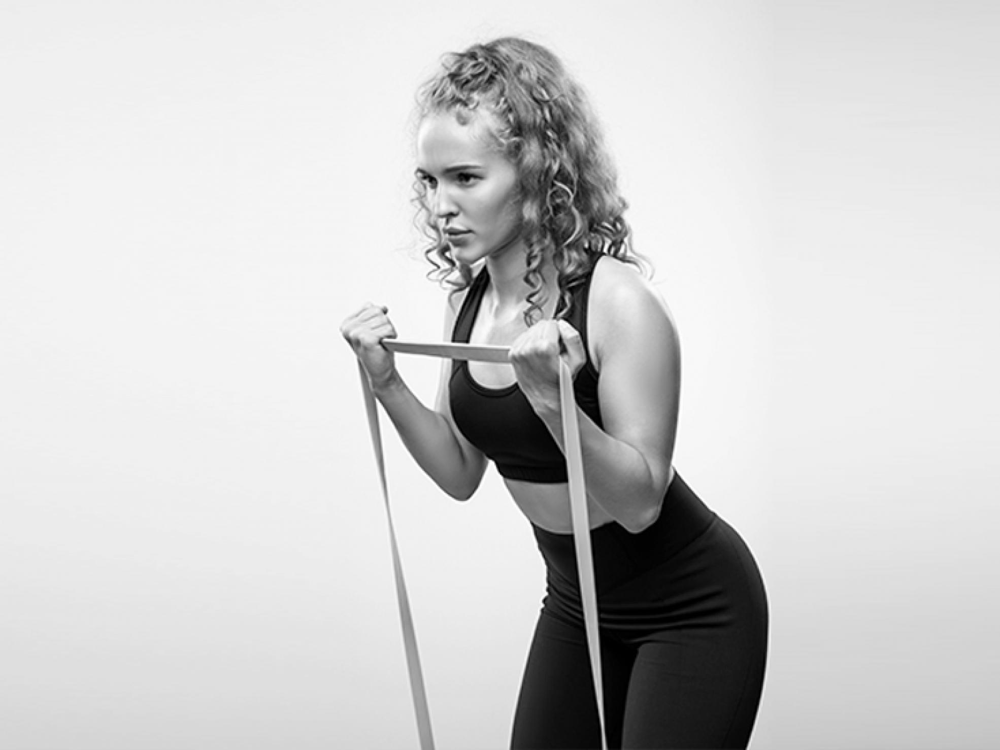 Młoda kobieta ćwicząca zgumą