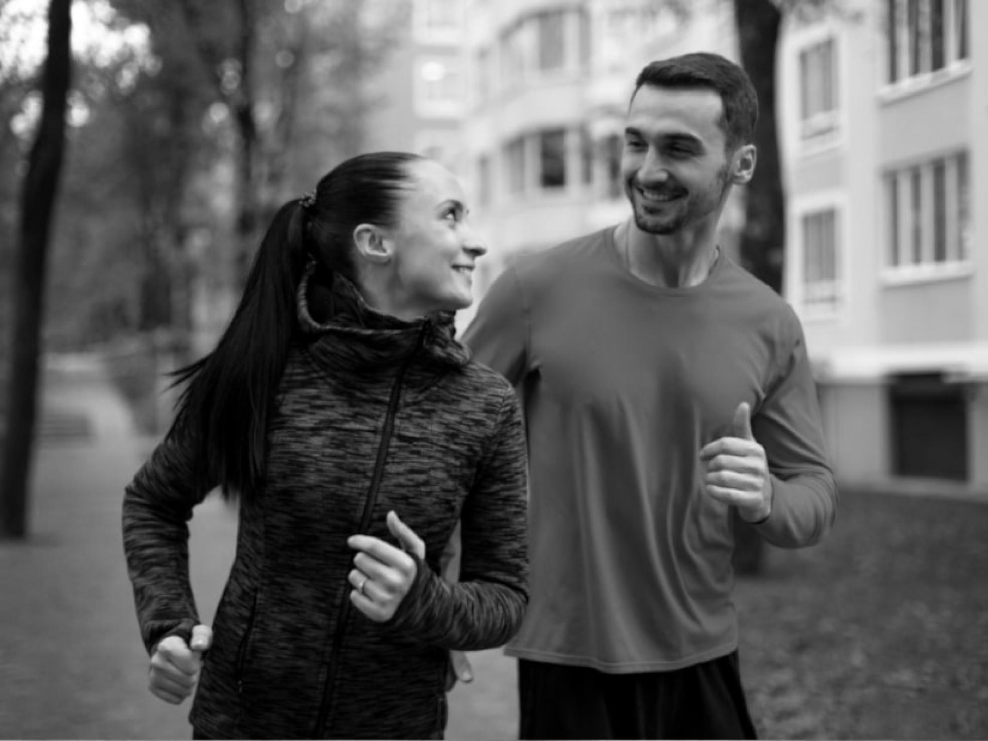 Para młodych ludzi podczas joggingu